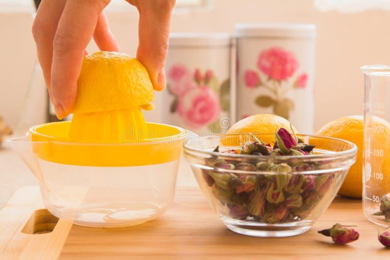 Ensemble tonique de procédé de préparation de thé de Rose photos libres de droits