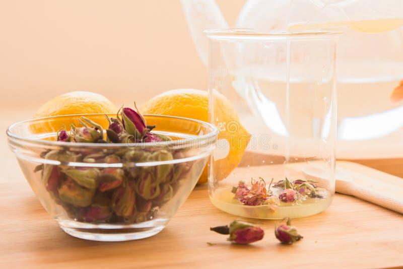 Ensemble tonique de procédé de préparation de thé de Rose photographie stock libre de droits