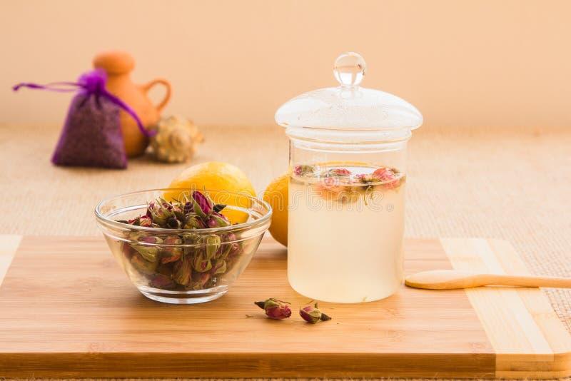 Ensemble tonique de procédé de préparation de thé de Rose photos stock