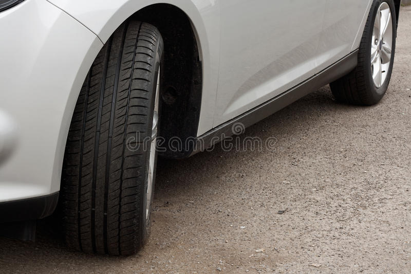 Ensemble de nouveaux pneus sur une voiture photographie stock libre de droits
