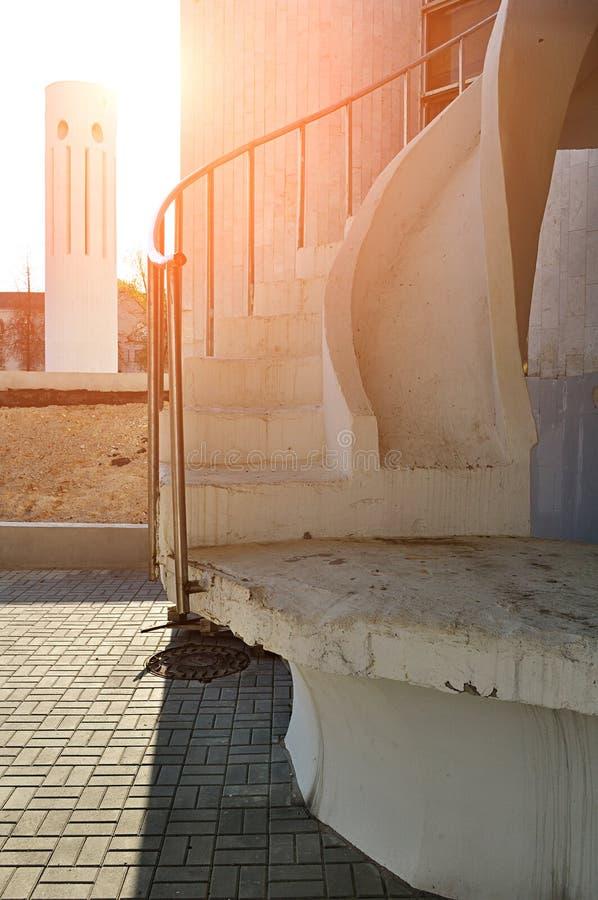 Ensemble urbain d'architecture - escalier en spirale et colonne de conception futuriste moderne sous la lumière du soleil photo libre de droits