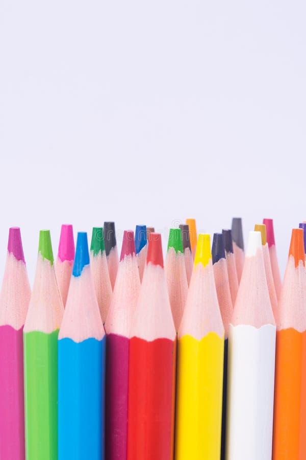 Ensemble vertical de crayons colorés, brusquement affilé, sur un fond blanc, il y a un endroit pour l'inscription images stock