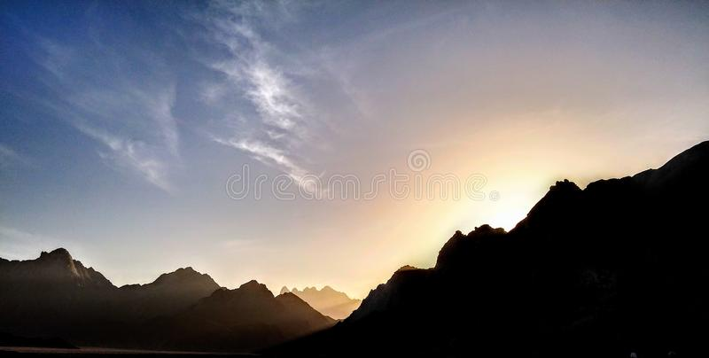 Ensembles de Sun derrière la montagne photos stock