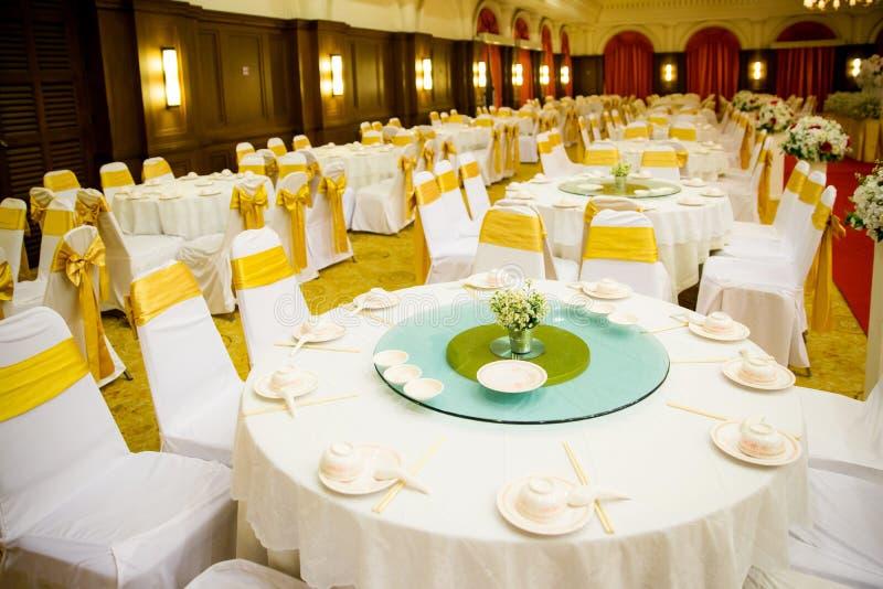 Ensembles de table de mariage dans le hall de mariage épouser décorent la préparation photos libres de droits