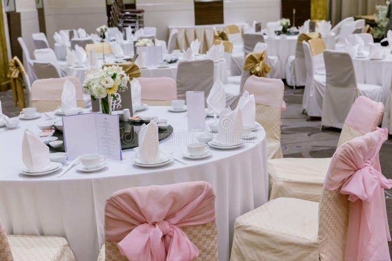 Ensembles de table de mariage dans le hall de mariage épouser décorent la préparation photos stock