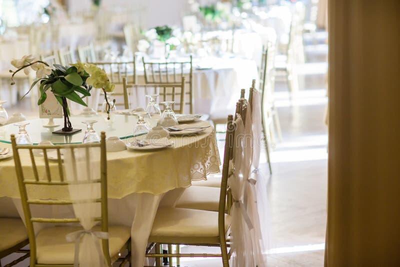 Ensembles de table de mariage dans le hall de mariage épouser décorent la préparation photographie stock
