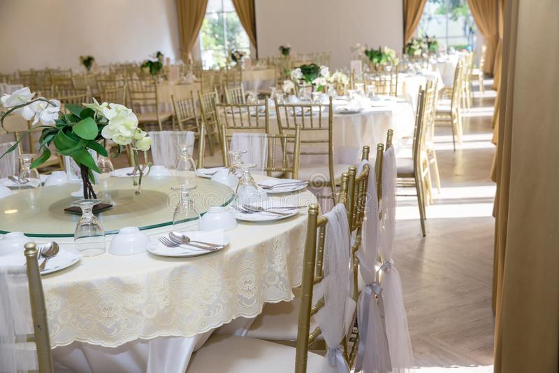 Ensembles de table de mariage dans le hall de mariage épouser décorent la préparation images libres de droits