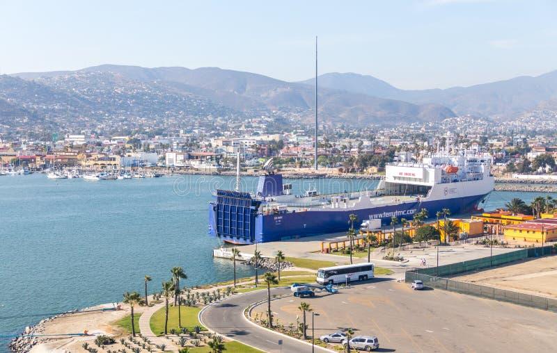 ENSENADA MEKSYK, MAJ, -, 31, 2015: Widok z lotu ptaka statek wycieczkowy inspiracji basenu Karnawałowy teren w Ensenada porcie w zdjęcia stock