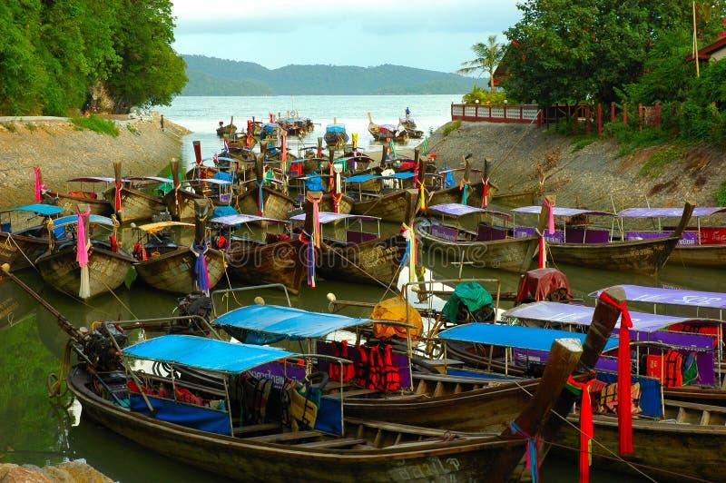 Ensenada por completo de barcos. Krabi, Tailandia. foto de archivo libre de regalías