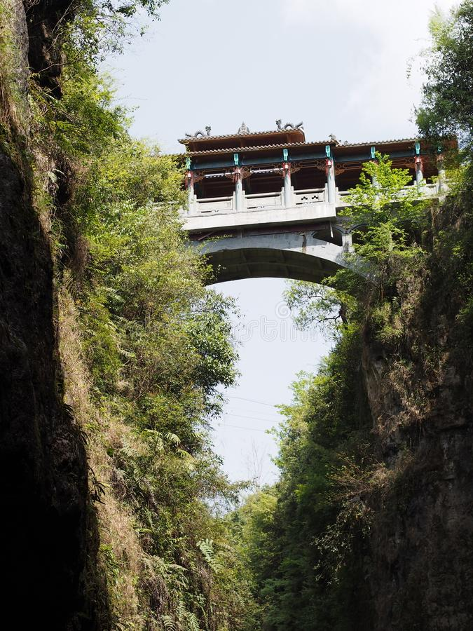 Enshi Kina Grand Canyon med bron Lopp i Hubei, Enshi royaltyfri bild