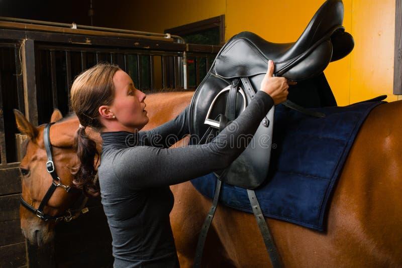 Ensille un caballo fotos de archivo libres de regalías