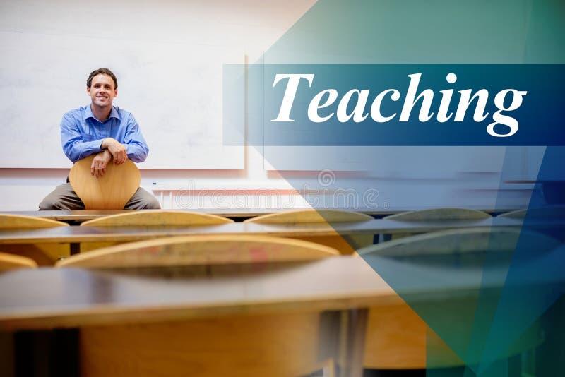 Ensino contra o professor masculino que senta-se na cadeira no salão de leitura fotos de stock royalty free