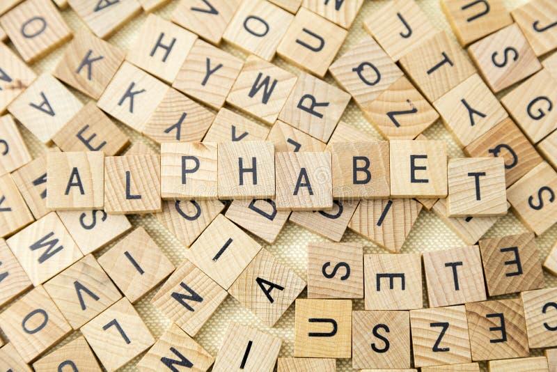Ensino do alfabeto das letras de bloco de madeira foto de stock