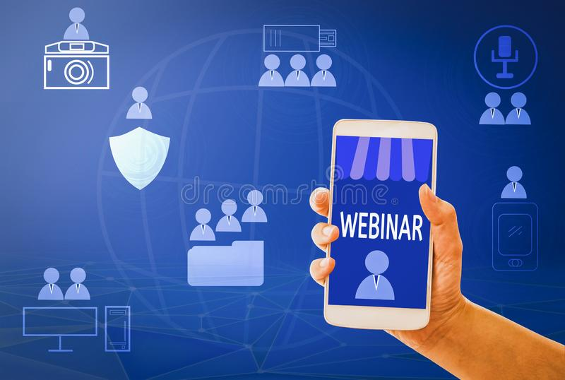 Ensino eletrónico esperto do telefone da posse da mão da mulher do conceito de Webinar no móbil, com fundos, conceito em linha e  imagens de stock royalty free
