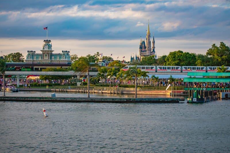 Enskenig järnväg och panoramautsikt av Cinderellas slott och tappningdrevstationen på det magiska kungariket i Walt Disney World royaltyfria foton