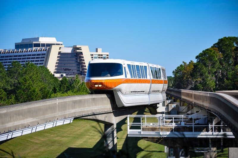 Enskeniga järnvägen och den moderna semesterorten på den Disney världen arkivfoto