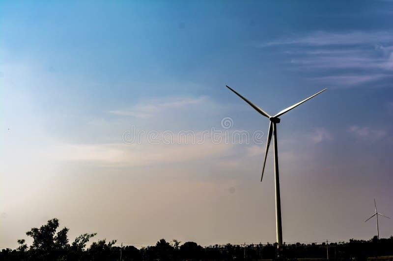 Enslig vindturbin på bakgrund för blå himmel arkivbilder