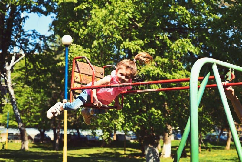 ensueño de la niñez libertad adolescente Pequeño niño que juega en verano Patio en parque Muchacha de risa feliz del niño en el o fotografía de archivo