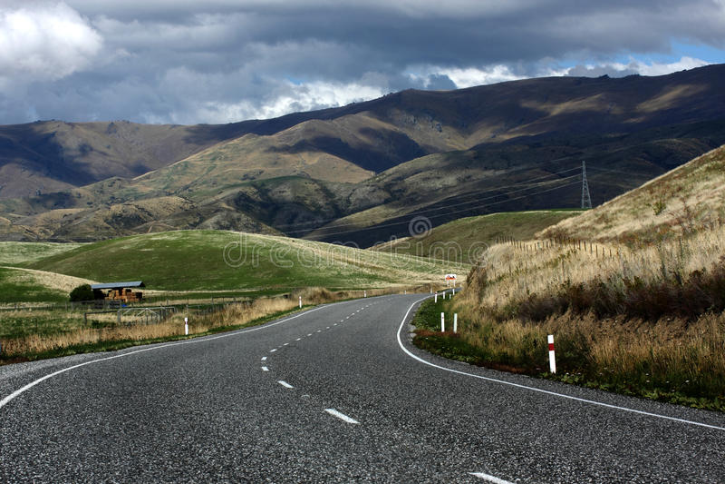Entête de route par le passage de Lindis, Nouvelle Zélande photos libres de droits