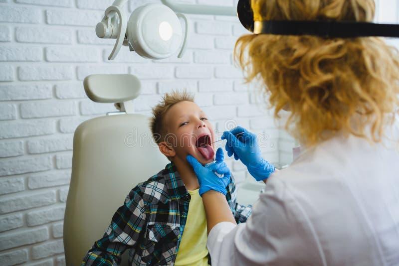 Ent доктор или Otolaryngologist рассматривая горло ребенк стоковые фотографии rf
