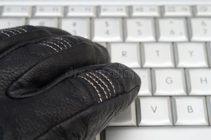 Entailler le concept avec la main dans le gant en cuir noir images libres de droits