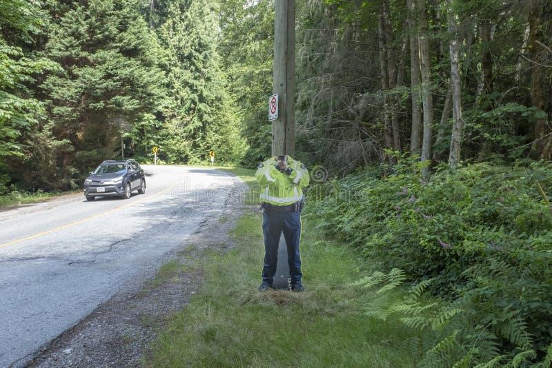 Entalhe da placa do cartaz do agente da polícia com a arma do radar sem a cabeça fotos de stock
