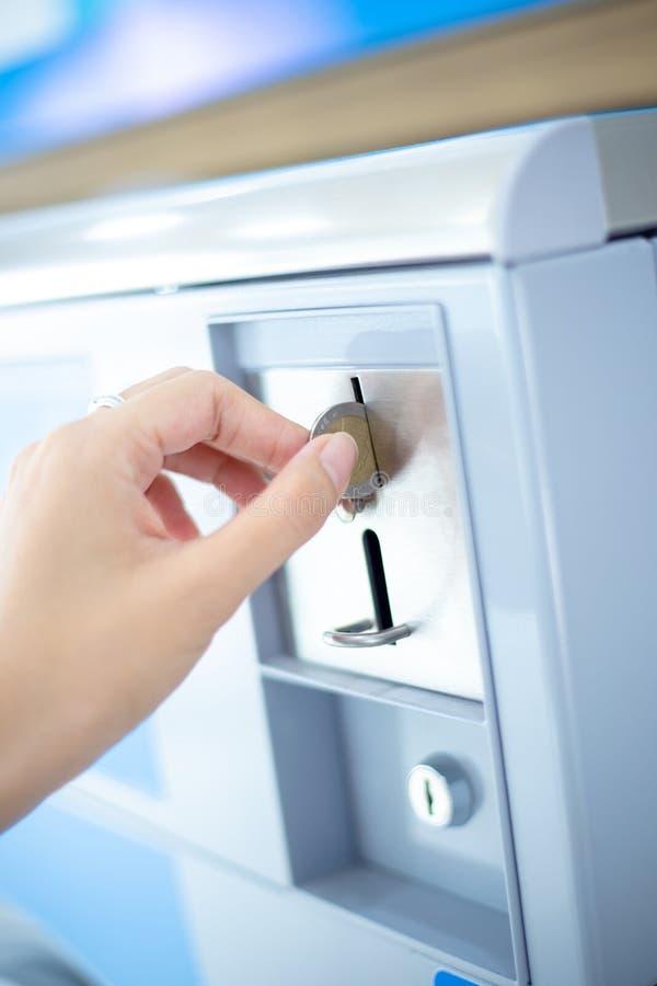 Entalhe de moeda da máquina de venda automática da lavanderia da moeda, moeda que introduz à mão fotografia de stock
