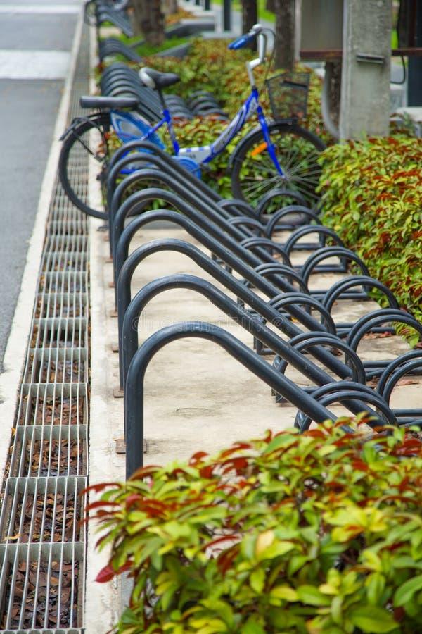 Entalhe do estacionamento da bicicleta no parque público imagem de stock