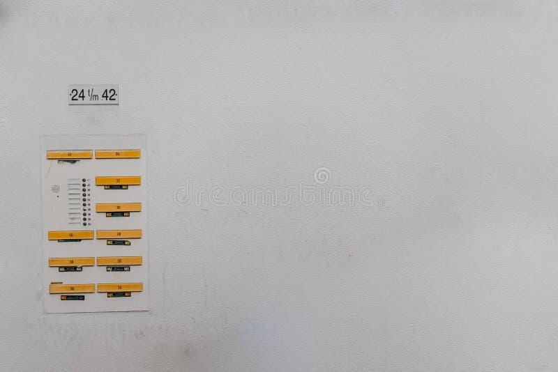 Entalhes da caixa postal em um fundo emplastrado casa da parede na construção antiquado fotografia de stock royalty free