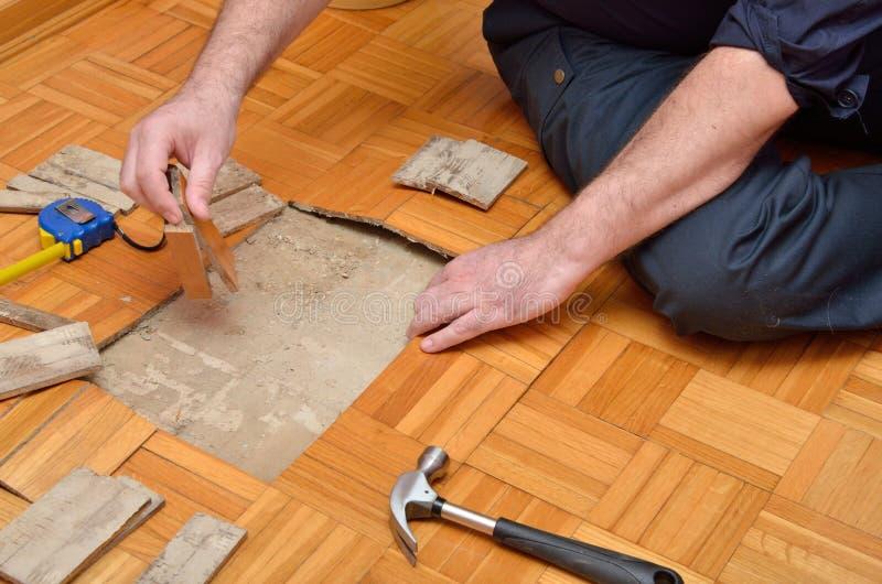 Entarimado de la fijación en el apartamento foto de archivo