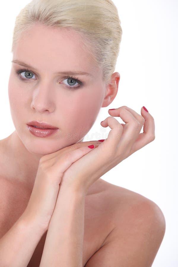 Entblößen Sie geschultertes blondes lizenzfreies stockfoto