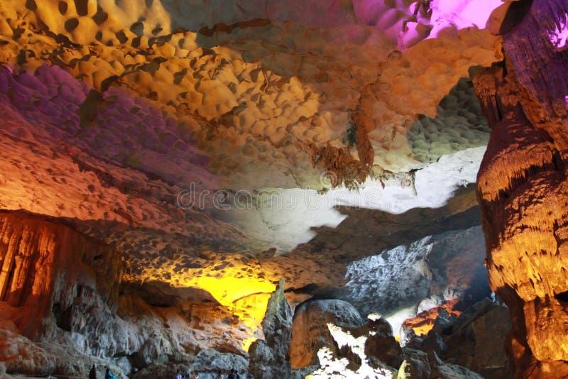 Entdeckung gesungene Trunkenboldhöhle - Stalaktithöhle in ha lange Viet Nam stockfoto