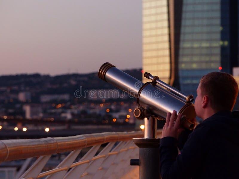 Entdeckung von Marseille mit einem Teleskop stockbild