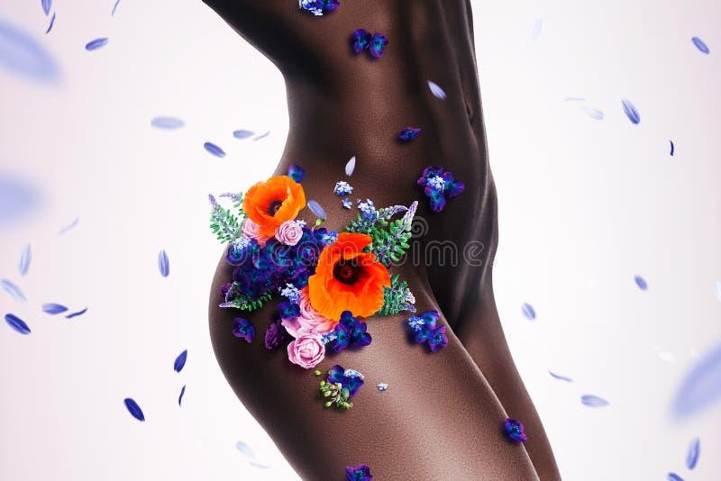 Ente nudo sexy della donna di afro in fiori e petali illustrazione di stock
