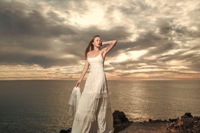 Ente sensuale della donna Sposa graziosa in vestito da sposa sexy bianco con il velo immagine stock