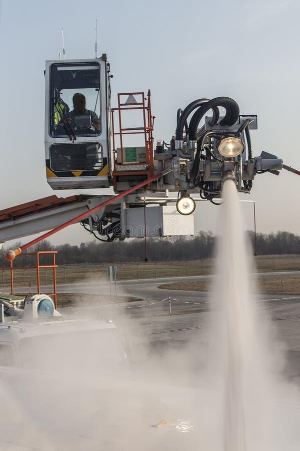 Enteisung eines Flugzeuges an München-Flughafen, Deutschland, 2015 lizenzfreies stockfoto