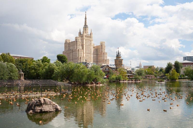 Enten auf Teich im Zoo gegen Stalin-Wolkenkratzer 7 07 2018 lizenzfreie stockbilder