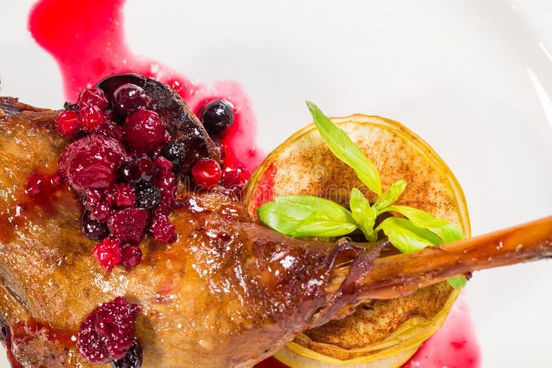 Entenbein Confit mit roter Beerensoße lizenzfreies stockbild