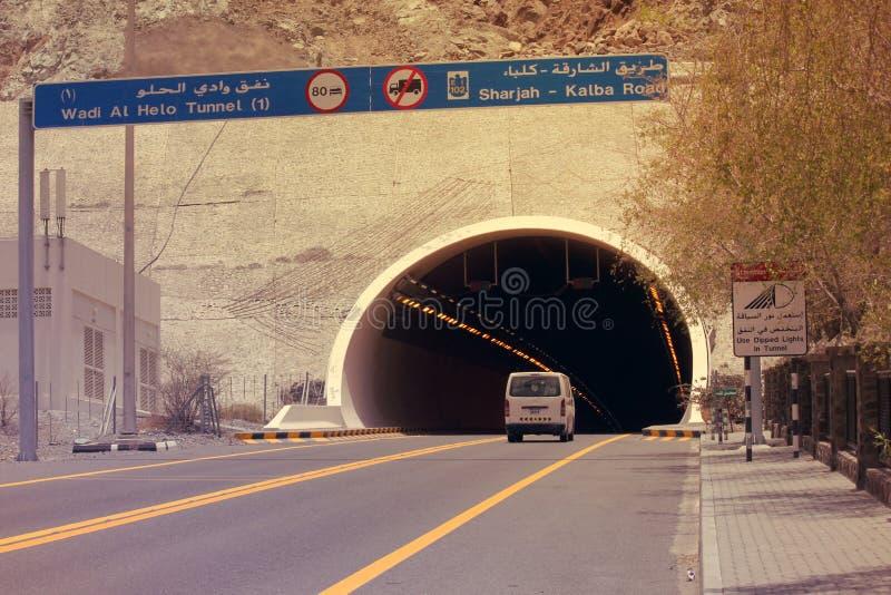 Enterance de TUNNEL de MONTAGNE de la route du CHARJAH KALBA, EAU le 25 juin 2017 image libre de droits
