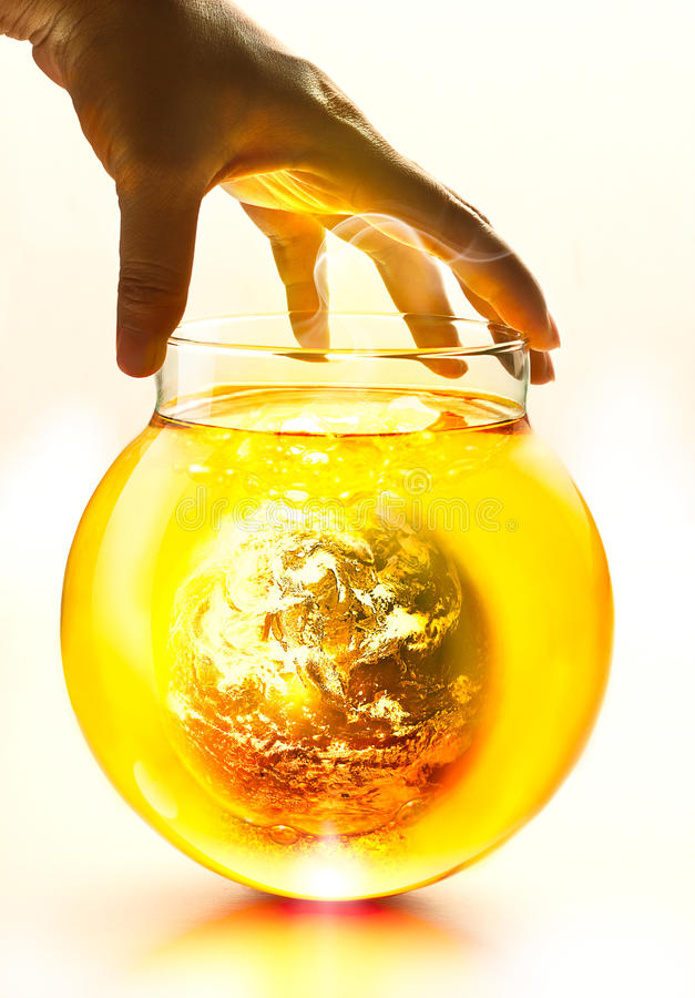 Enterre o burning na garrafa e a fervura amarela da água sob a mão, imagem original da conceito-terra do ambiente da NASA foto de stock royalty free