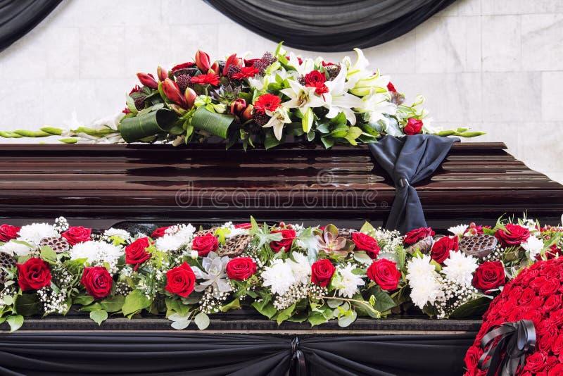 Enterrement, admirablement décoré du cercueil de compositions florales photos libres de droits