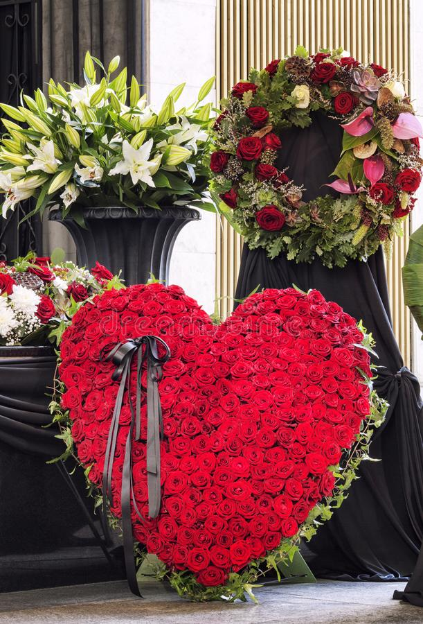 Enterrement, admirablement décoré du cercueil de compositions florales photographie stock