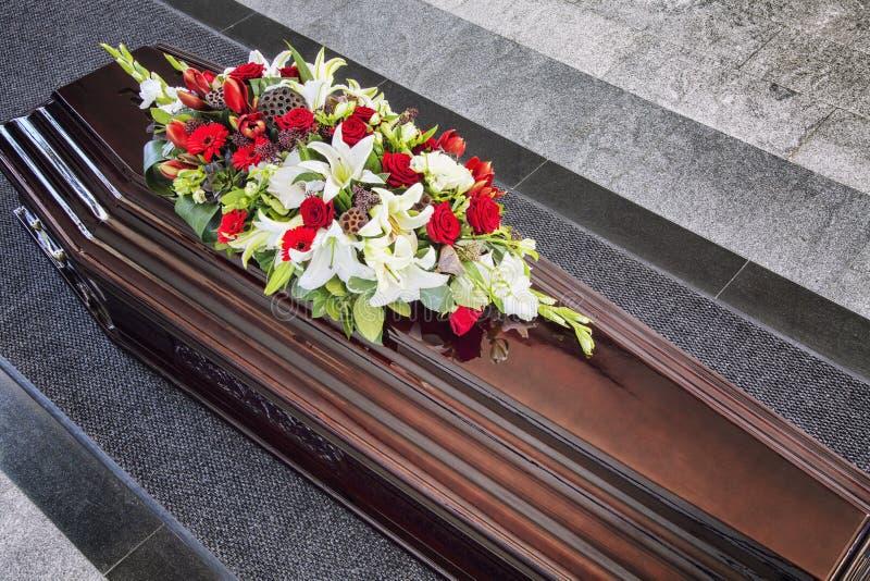 Enterrement, admirablement décoré du cercueil de compositions florales photos stock
