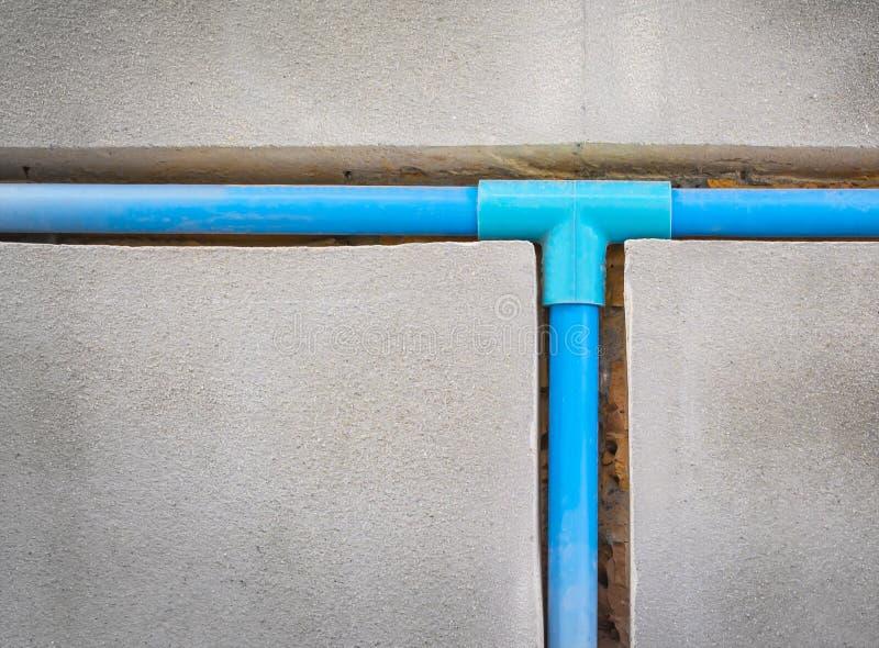 Enterrez un tuyau de PVC dans le mur images libres de droits