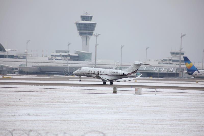 Entfernender Privatjet, München-Flughafen MUC stockfoto