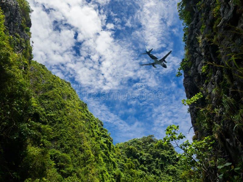 Entfernendes Flugzeug, Fliege über dem Bergblick Schattenbild eines großen Passagier- oder Frachtflugzeuges, Fluglinie auf bewölk stockfotografie