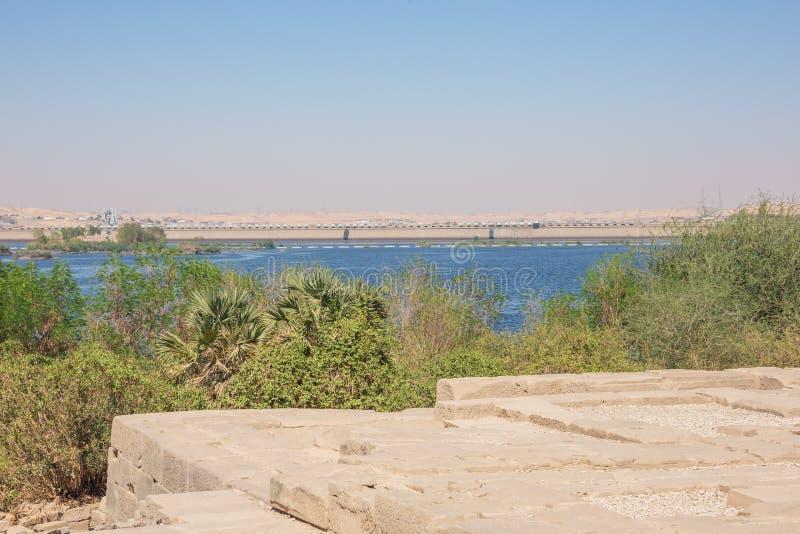 Entfernte Ansicht der niedrigen Verdammung Assuans lizenzfreies stockfoto