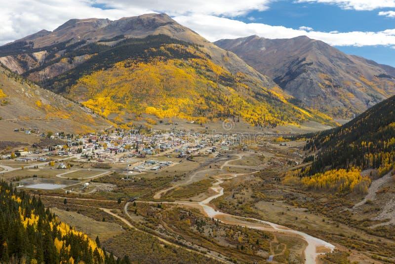 Entfernte Ansicht des historischen Bergbaustadt-im Herbstes, Silverton, Farbe stockfotos