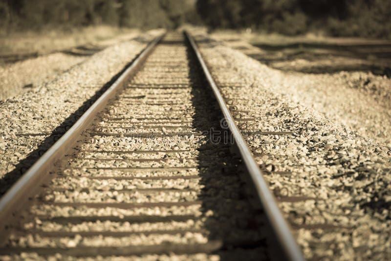 Entfernteisenbahnlinie im Land verwischt stockbilder