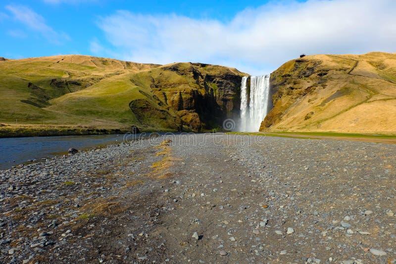 Entfernter Skogafoss-Wasserfall in Island stockbild
